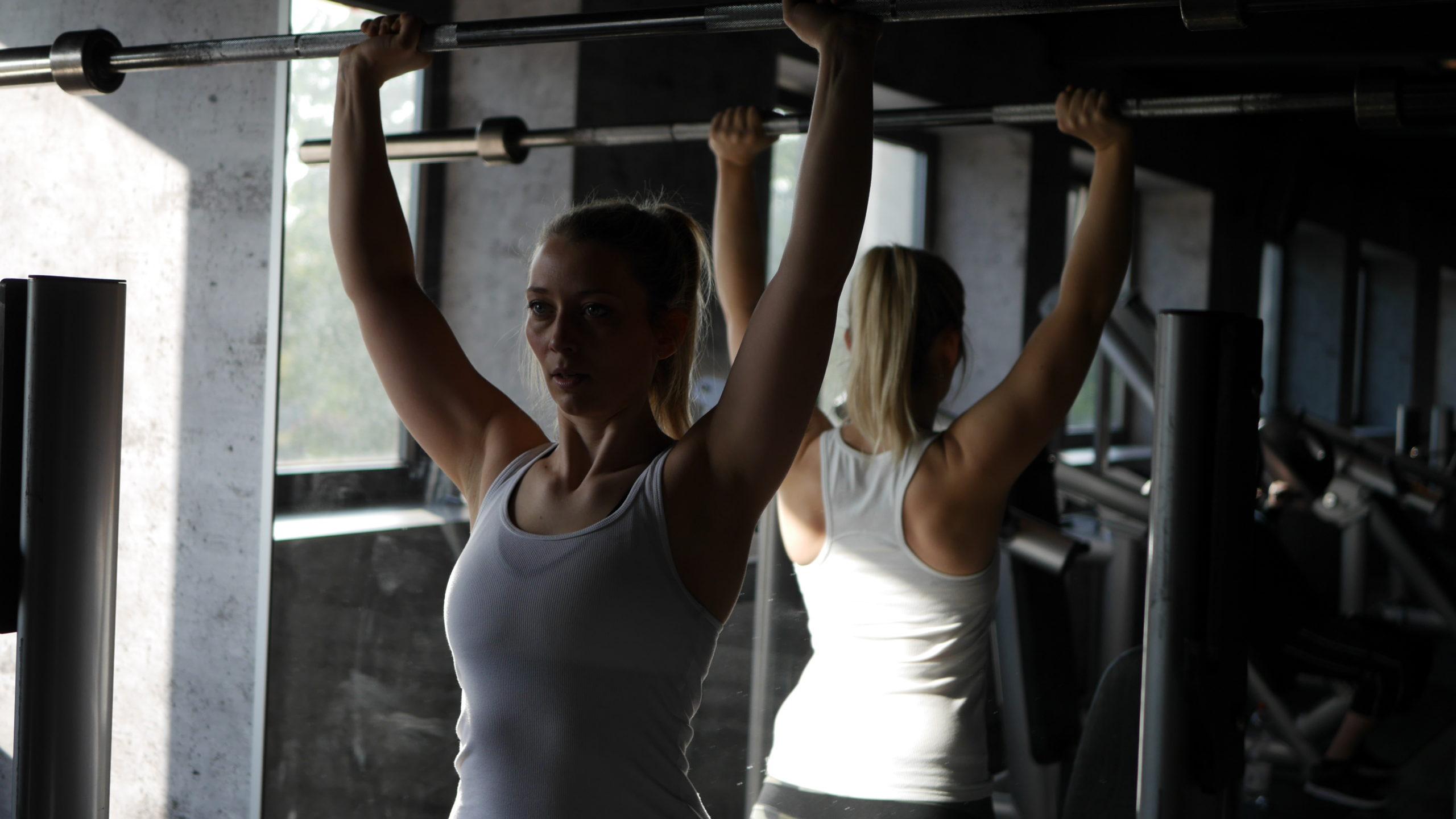 Wie du dich als Frau in den Freihantelbereich traust - Krafttraining im Fitness Studio