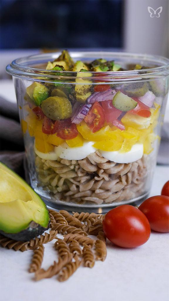 Pausensnack: Gesunder Nudelsalat mit Avocado