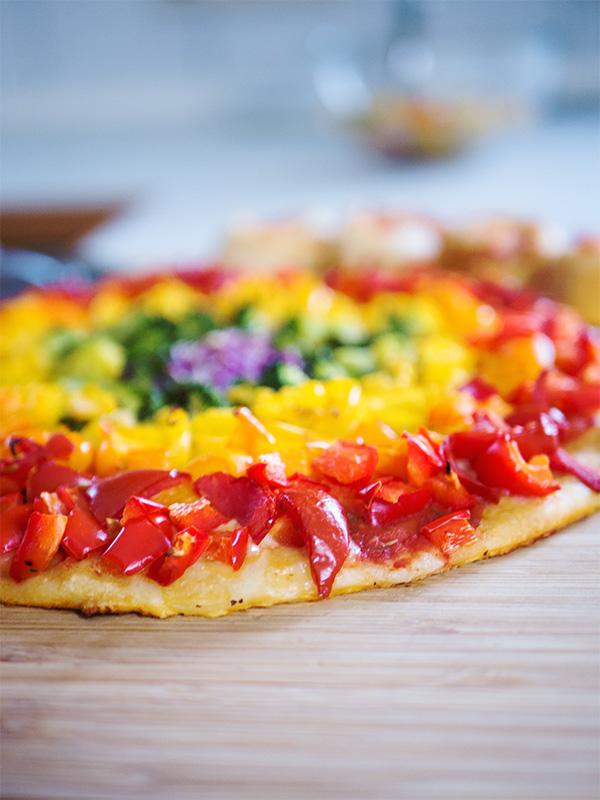 Bunte Regenbogen Pizza mit Dinkelboden
