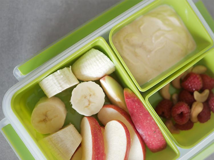 Gesunder Snack - Obst mit Peanut Butter Dip