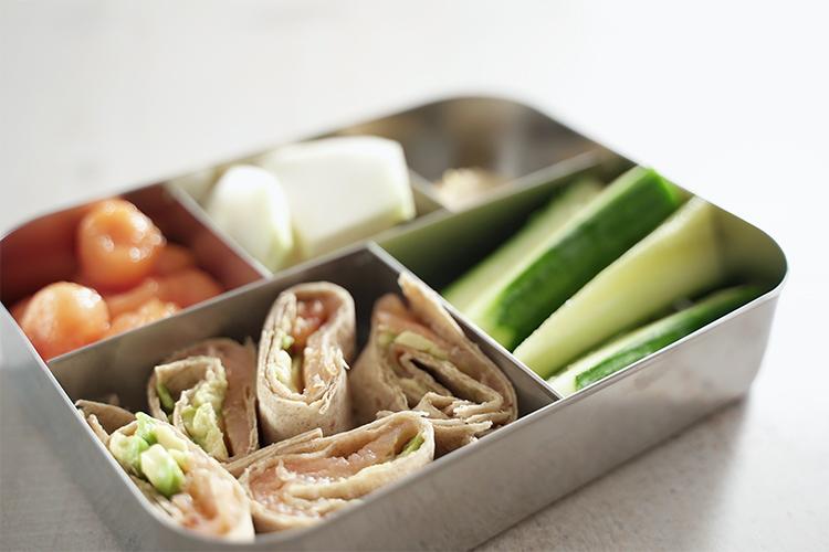 Lunchbox Rezept mit Lachs Avocado Wraps und Gemüse