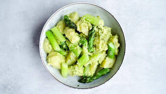 Rezept für kalorienarmen Kartoffel Avocado Spargel Salat